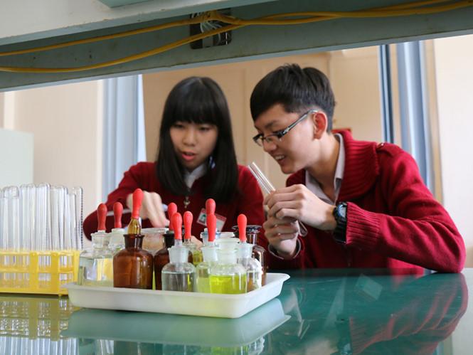 Châu và Chính trong phòng thí nghiệm - Ảnh: L.V