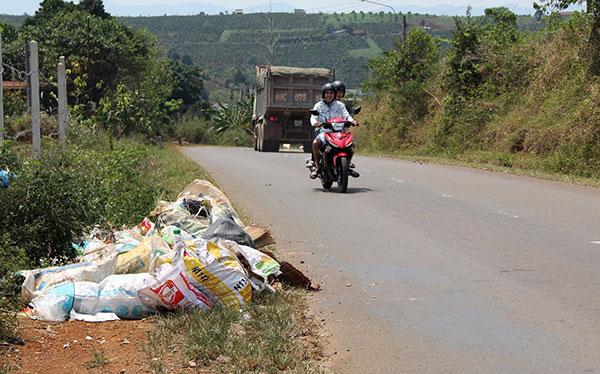 Một trong hàng chục đống rác bị ứ đọng trên đường vào thác Đam B'ri