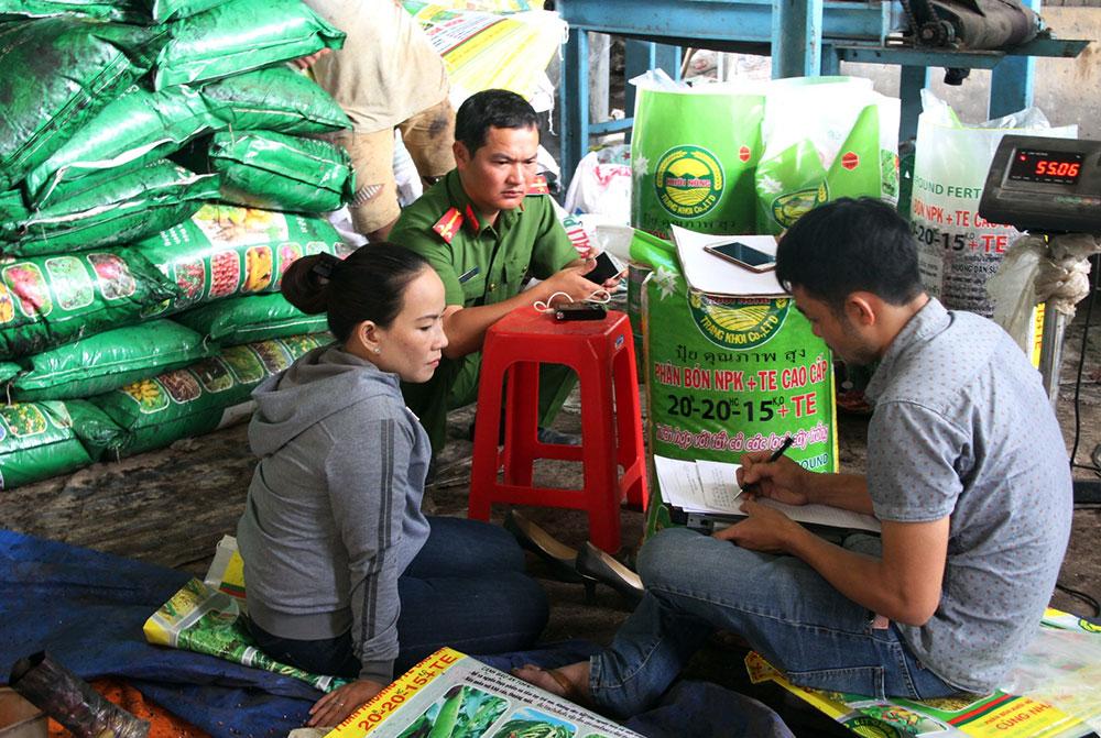Cơ quan chức năng lấy lời khai của bà Trang