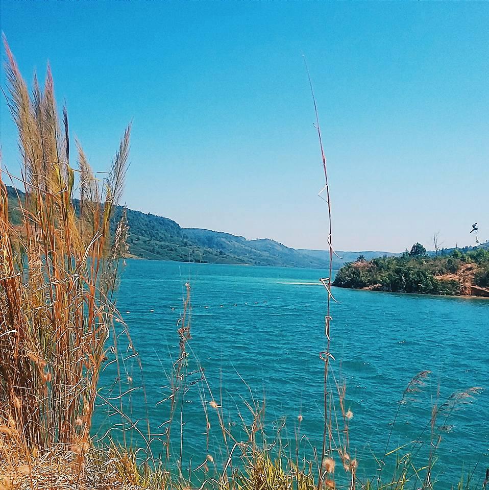 """Hồ nước có màu xanh ngắt như ngọc, tạo một không gian như lạc vào chốn """"thần tiên"""" (Ảnh: Viết Nam)"""